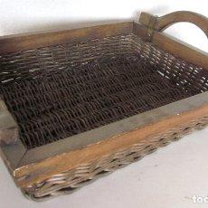 Antigüedades: GRAN BANDEJA CESTA MIMBRE SIMILAR CON ASAS DE MADERA 51 CM DE LARGO REMACHES METAL. Lote 176167818