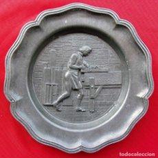 Antigüedades: ANTIGUO PLATO EN METAL PLATEADO O ESTAÑO. CARPINTERO TRABAJANDO EN LA MADERA. BUEN ESTADO.. Lote 176182747