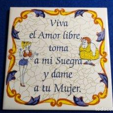 Antigüedades: AZULEJO ANTIGUO CON FRASE: VIVA EL AMOR LIBRE, TOMA A MI SUEGRA Y DAME A TU MUJER. CERAMICA BALDOSA. Lote 176191197