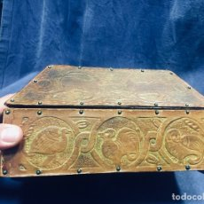 Antigüedades: CAJA MADERA FORRADA PIEL REPUJADA CLAVETEADA ESTILO ROMANICO BESTIARIO ANGEL ANIMALES VER FOTOS 12CM. Lote 176193550