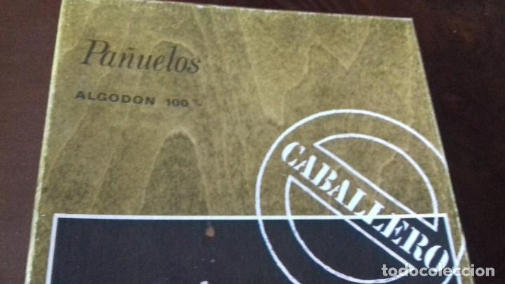 Antigüedades: ANIGUA CAJA DE PAÑUELOS DE CABALLERO, DE ALGODON 100%. - Foto 2 - 176221762