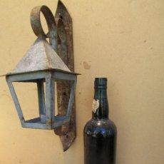 Antigüedades: APLIQUE EXTERIOR. FAROL PARA UNA VELA EN HIERRO FORJADO. Lote 176234845