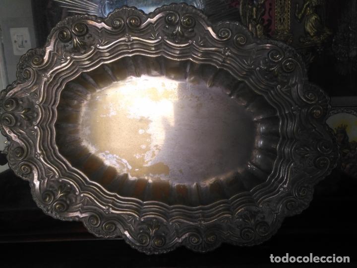 Antigüedades: ANTIGUA BANDEJA METAL BAÑO DE PLATA LABRADA . GRAN RELIEVE IDEAL SEMANA SANTA 37X27X5 CM - Foto 2 - 176236045