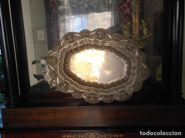 ANTIGUA BANDEJA METAL BAÑO DE PLATA LABRADA . GRAN RELIEVE IDEAL SEMANA SANTA 37X27X5 CM (Antigüedades - Hogar y Decoración - Bandejas Antiguas)