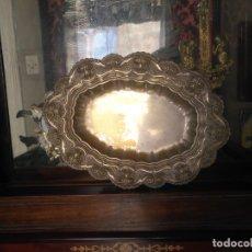 Antigüedades: ANTIGUA BANDEJA METAL BAÑO DE PLATA LABRADA . GRAN RELIEVE IDEAL SEMANA SANTA 37X27X5 CM. Lote 176236045