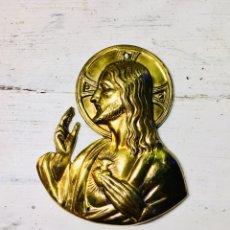 Antigüedades: CHAPA DE LATÓN PARA PUERTA SAGRADO CORAZON DE JESUS PLACA DE METAL CRISTO IMAGEN RELIGIOSA. Lote 167182976