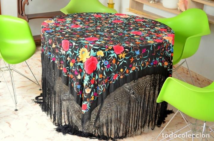 Antigüedades: Mantón de manila bordado a mano sobre seda negra en colores - Foto 2 - 63261404