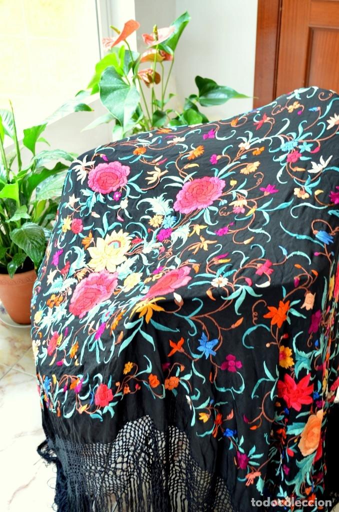 Antigüedades: Mantón de manila bordado a mano sobre seda negra en colores - Foto 3 - 63261404