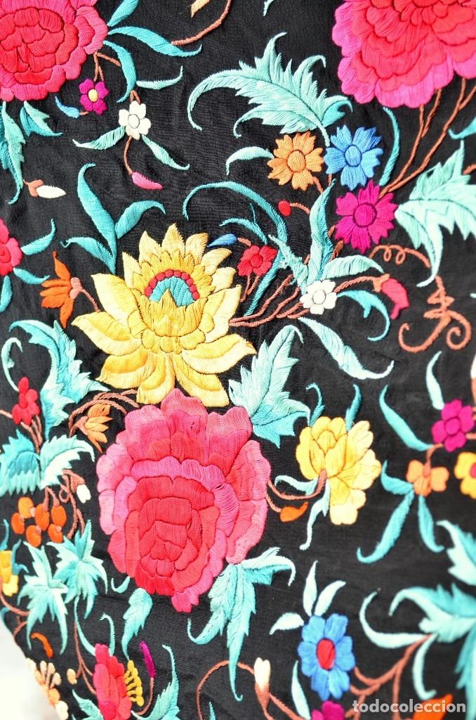 Antigüedades: Mantón de manila bordado a mano sobre seda negra en colores - Foto 4 - 63261404