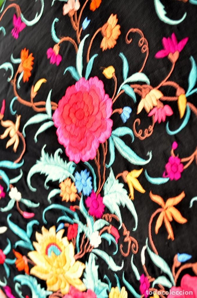 Antigüedades: Mantón de manila bordado a mano sobre seda negra en colores - Foto 5 - 63261404