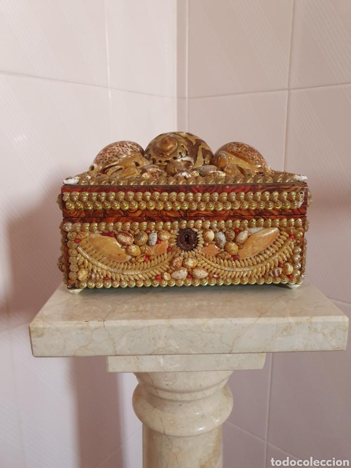 EXQUISITA Y ANTIGUA CAJA JOYERO DECORADA CON CONCHAS (Antigüedades - Moda y Complementos - Mujer)