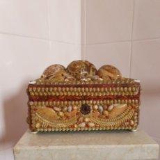 Antigüedades: EXQUISITA Y ANTIGUA CAJA JOYERO DECORADA CON CONCHAS. Lote 176275828