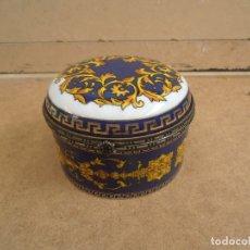 Antigüedades: CAJA EN PORCELANA SAJONIA DECORADA EN AZUL COBALTO Y DORADO. Lote 176291044
