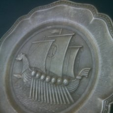Antigüedades: PLATO DE ESTAÑO PLOMO RELIEVE VIKINGOS ESPAÑA. Lote 176291332
