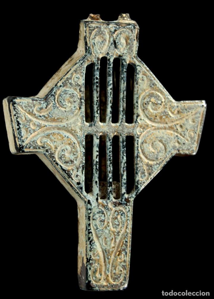 CRUZ RELIGIOSA, SIGLOS XVI-XVII, 33X25 MM (Antigüedades - Religiosas - Cruces Antiguas)