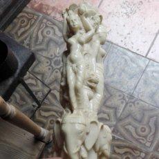 Antigüedades: COLUMNA CON DIOSAS INDIAS SOBRE VACAS Y ELEFANTES DE RESINA. Lote 176322604