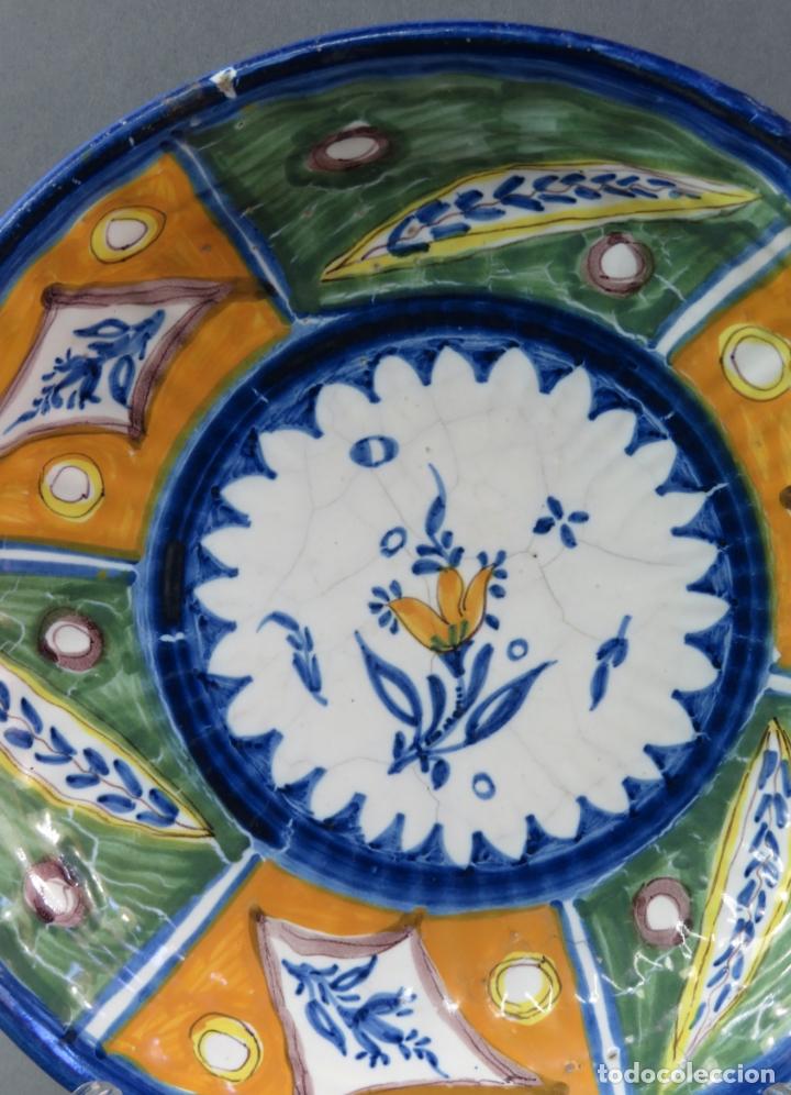 Antigüedades: Plato acuencado en cerámica Onda Ribesalbes con marca de alfar Manises siglo XIX - Foto 2 - 176347114