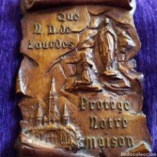 Antigüedades: PRECIOSA PLACA COLGAR, VIRGEN DE LOURDES, PROTECCIÓN DEL HOGAR, ÚNICA, VER. Lote 176347608