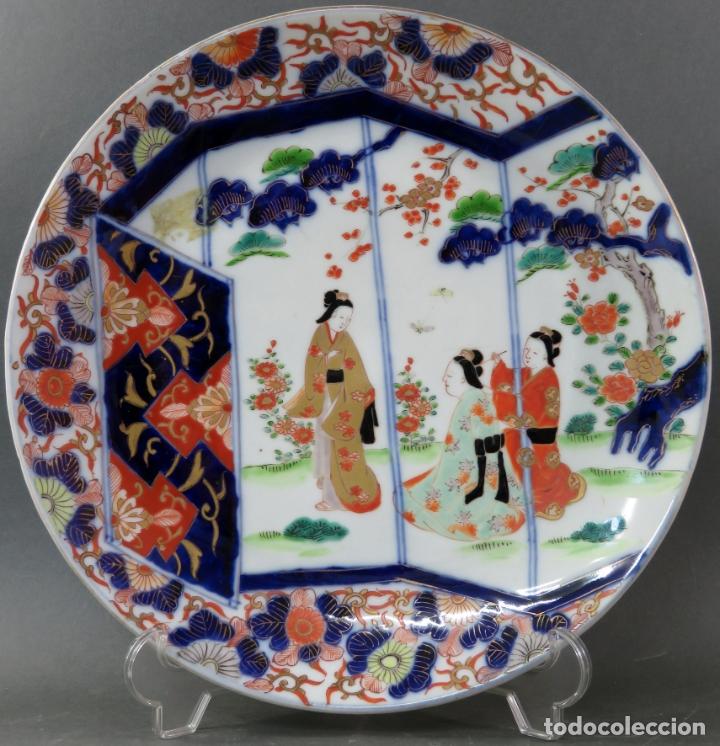 PLATO EN CERÁMICA ERA MEIJI CON ESCENA COSTUMBRISTA JAPÓN SEGUNDA MITAD DEL SIGLO XIX (Antigüedades - Porcelana y Cerámica - Japón)