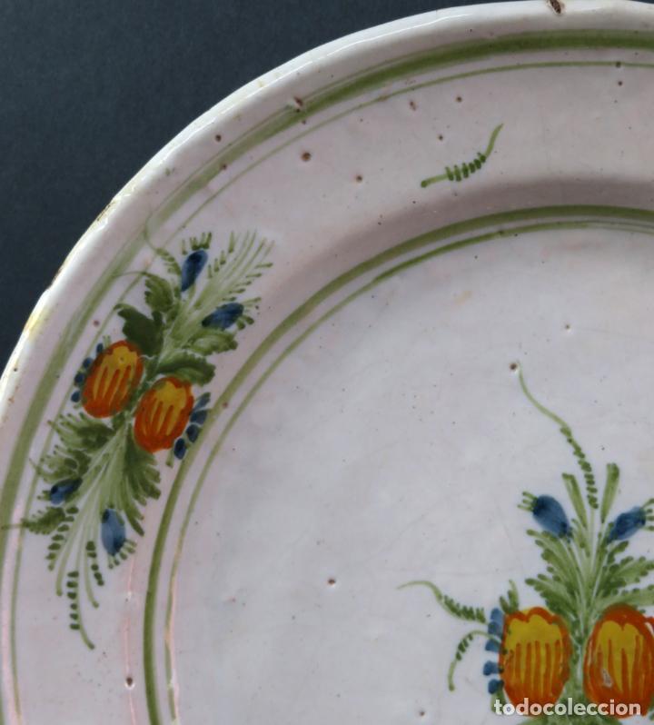 Antigüedades: Plato acuencado en cerámica Onda Ribesalbes con frutos en el asiento y alero Manises siglo XIX - Foto 3 - 176354962