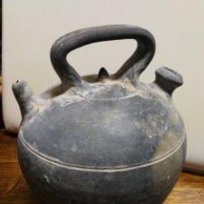 Antigüedades: ANTIGUO BOTIJO CÀNTIR VERDÚ (RAMON RABINAT)- CERÁMICA NEGRA CATALANA, 25CM.. Lote 176366919