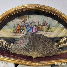 Antigüedades: ANTIGUO ABANICO CON ABANIQUERA RICAMENTE DECORADO PINTADO A MANO, VARILLAS SIMIL CAREY. Lote 176373094