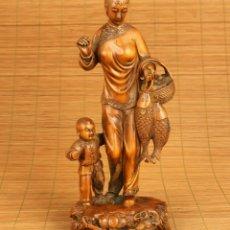 Antiguidades: ARTE TRADICIONAL CHINO, ANTIGUA FIGURA TALLADA EN MADERA, MUJER PESCADORA CON NIÑO, PRINCIPIOS 1900. Lote 176409469