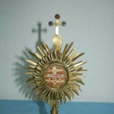 Antigüedades: ANTIGUO RELICARIO 3 SANTOS EN LATON DORADO. Lote 176418403