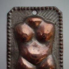 Antigüedades: EXVOTO RELIGIOSO PARA PROTEGER EL CUERPO. METAL CINCELADO CON BAÑO DE PLATA. SIGLO XIX.. Lote 176444814