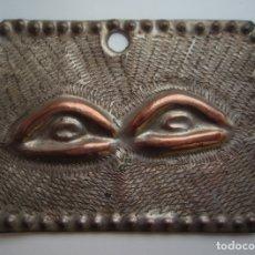 Antigüedades: EXVOTO RELIGIOSO PARA PROTEGER LOS OJOS, LA VISTA. METAL CINCELADO CON BAÑO DE PLATA. SIGLO XIX.. Lote 176445067