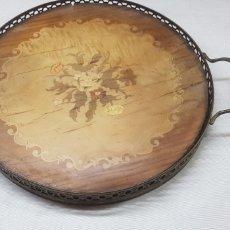 Antigüedades: BANDEJA DE MADERA CON MOTIVOS FLORALES Y BRONCE. Lote 176445818