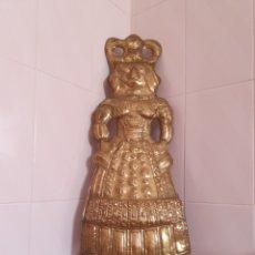 Antigüedades: CURIOSA Y GRAN FIGURA DE MUJER REALIZADA EN LATON VESTIDA CON LO QUE PARECE TRAJE REGIONAL. Lote 115563560