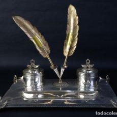 Antigüedades: ESCRIBANÍA EN PLATA DE LEY CON DOS PLUMAS EN PLATA DORADA. Lote 176479099