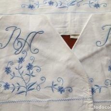 Antigüedades: JUEGO DE CAMA CON 2 FUNDAS DE ALMOHADA SIN ESTRENAR . BORDADO A MANO , AÑOS 70 PARA CAMA DE 1,35. Lote 176507308
