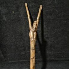 Antigüedades: ANTIGUA ESCULTURA DE CRISTO TALLADO EN UNA SOLA PIEZA DE MADERA. Lote 176521765