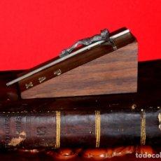 Antigüedades: CRUCIFIJO DE SOBREMESA VINTAGE CON PEANA MADERA. Lote 176525108