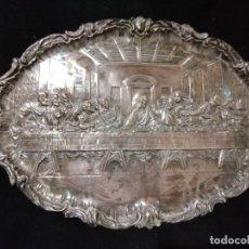Antigüedades: ANTIGUA BANDEJA CINCELADA BAÑO PLATA DE ESCENA LA ULTIMA CENA. Lote 176531705