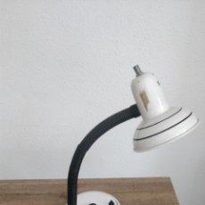 Antigüedades: ANTIGUA LAMPARA FLEXO COLOR BLANCA, RETRO VINTAGE. Lote 176581579