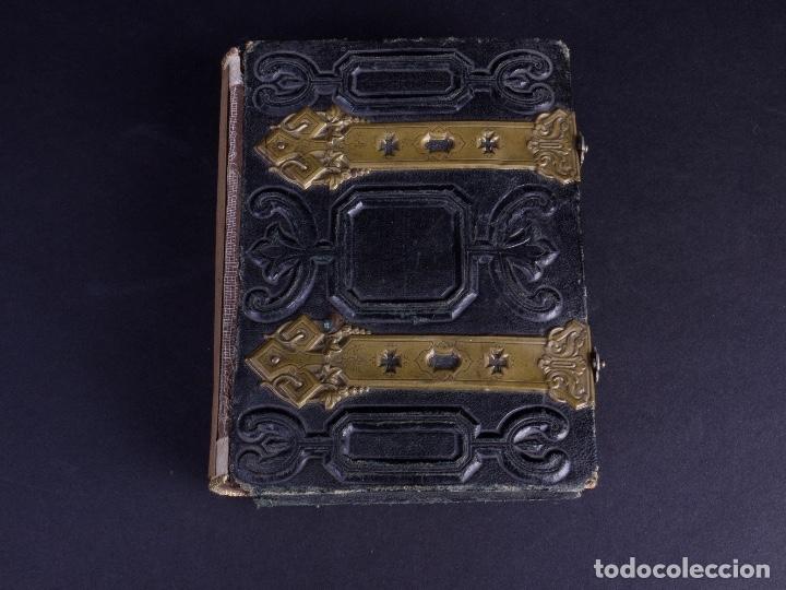 Antigüedades: ALBUM EN CUERO REPUJADO CON CIERRE DE DOS HERRAJES - Foto 2 - 176586780
