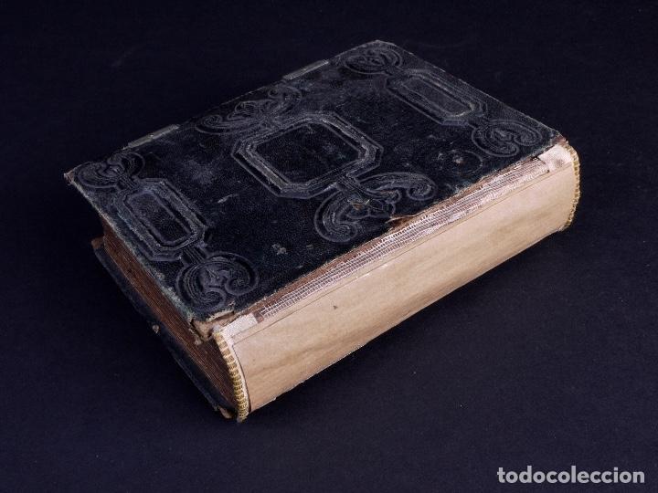 Antigüedades: ALBUM EN CUERO REPUJADO CON CIERRE DE DOS HERRAJES - Foto 3 - 176586780
