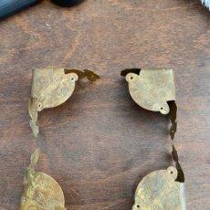 Antigüedades: ANTIGUAS ESQUINAS REMATES METALICOS METAL PARA CUADROS O MARCOS - MEDIDA 6.5X6.5 CM. Lote 176591125