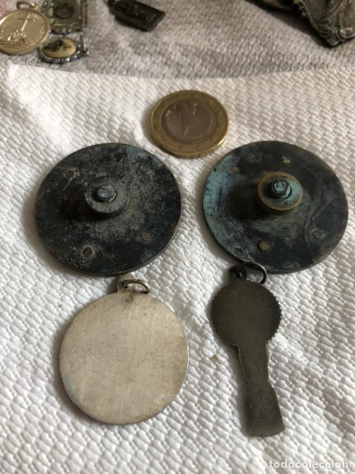 Antigüedades: Lote de 64 medallas religiosas antiguas por clasificar - Foto 11 - 176631789