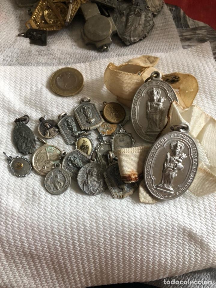 Antigüedades: Lote de 64 medallas religiosas antiguas por clasificar - Foto 17 - 176631789