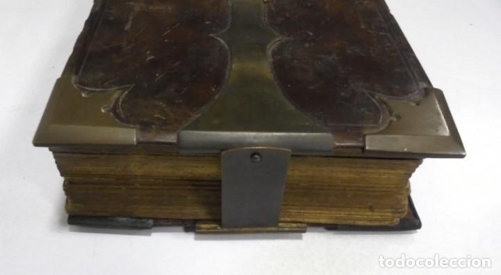 Antigüedades: ANTIGUO PORTAFOTO / ALBUM. CUERO CON EMBELLECEDORES Y CIERRE METALICO. PARA 52 FOTOS. LEER. VER - Foto 5 - 176644280