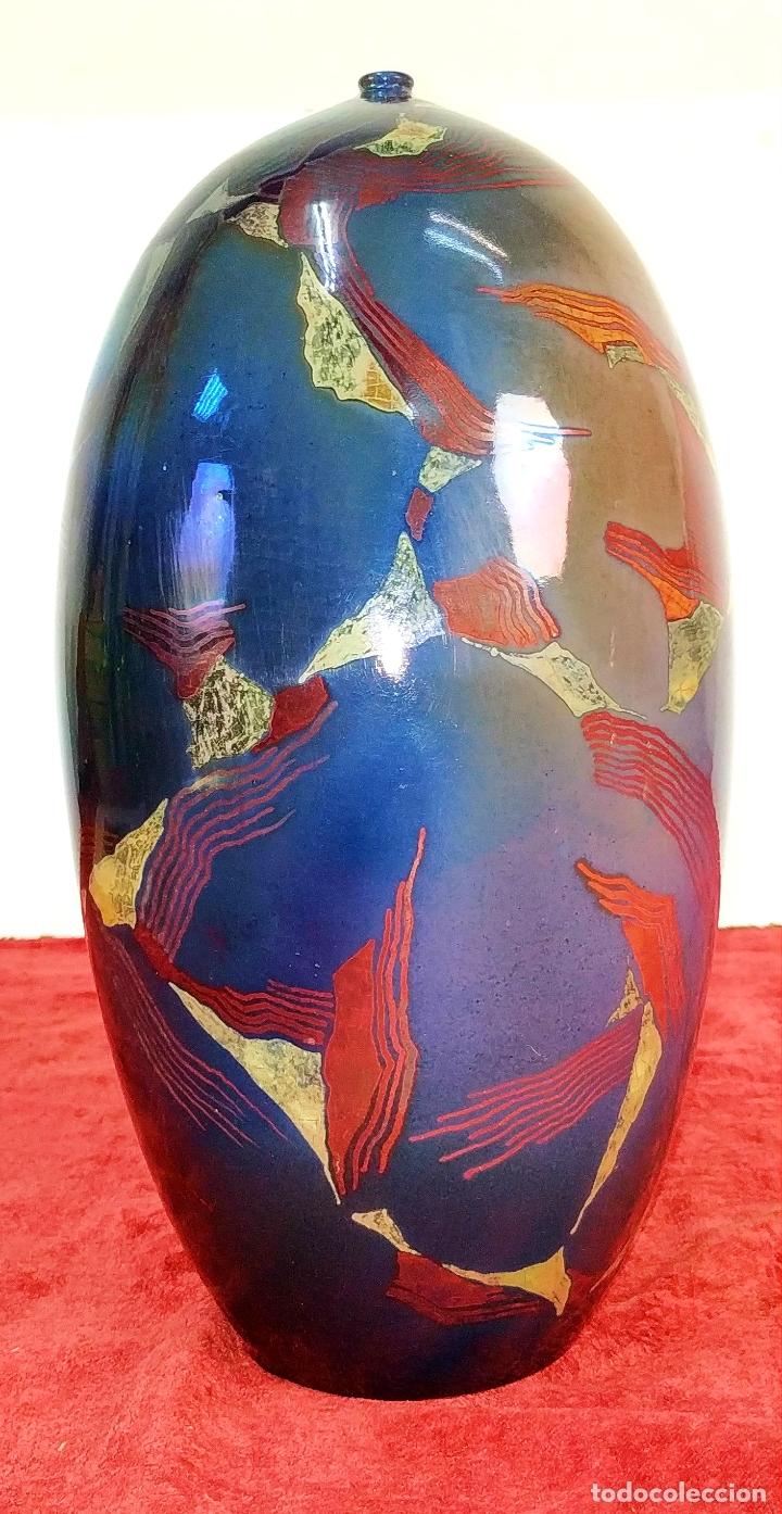 JARRÓN. CERÁMICA ESMALTADA A MANO. REFLEJOS METÁLICOS. FIRMADO JORDI SERRA. ESPAÑA. 1992 (Antigüedades - Porcelanas y Cerámicas - Catalana)