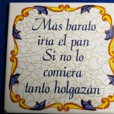 Antigüedades: AZULEJO ANTIGUO CON FRASE: MAS BARATO IRIA EL PAN, SINO LO COMIERA TANTO HOLGAZAN. CERAMICA BALDOSA. Lote 176661140