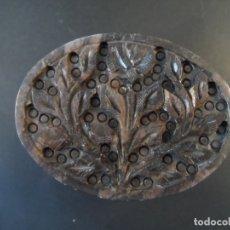 Antigüedades: CAJA PIEDRA DECORACION FLORAL EN PIEDRA DURA. JADEITA MARRON. SIGLO XX. Lote 176674330