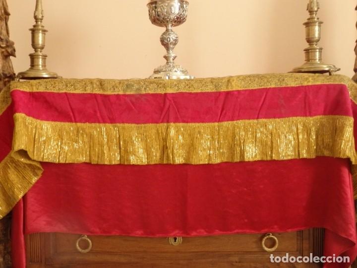 Antigüedades: Frente de altar confeccionado en lamé italiano. 160 x 25 cm. Siglo XX. - Foto 2 - 176698570
