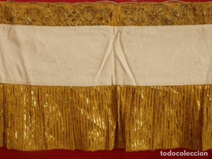 Antigüedades: Frente de altar confeccionado en lamé italiano. 160 x 25 cm. Siglo XX. - Foto 10 - 176698570