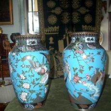 Antiquités: PAREJA DE JARRONES. ESMALTE CLOISONNÉ. Lote 176729492